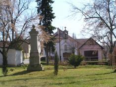 Pohled nastřed obce skapličkou abývalou hasičskou zbrojnicí.Památné budovy obce